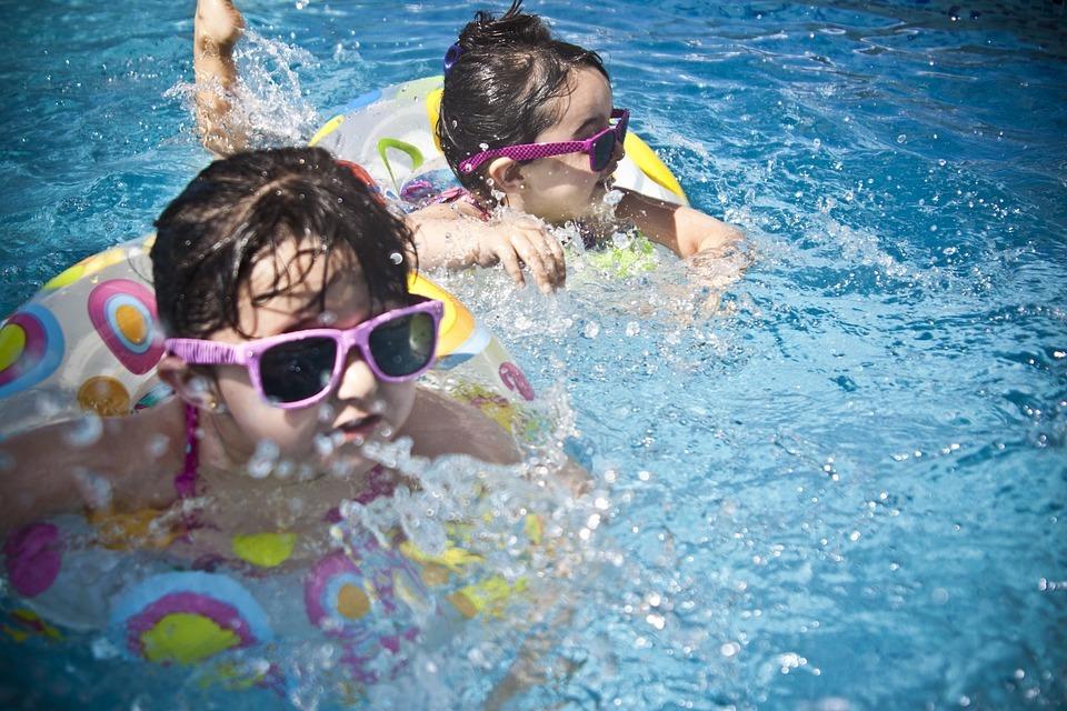 Darželio kieme – lyg paplūdimyje: Kaune vaikai nuo karščio gaivinasi baseinuose